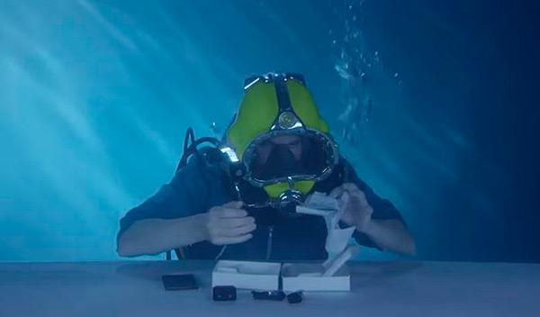 Sony Xperia Z3 - распаковка под водой