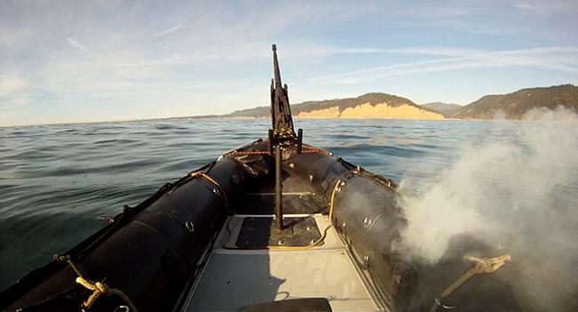 Американский боевой лазер прожигает лодку противника
