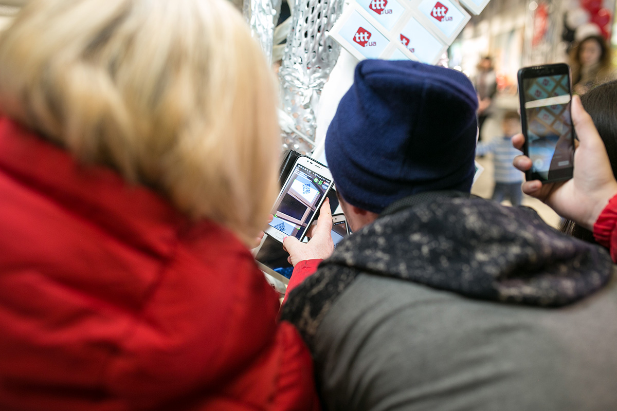На открытии магазина электроники ttt.ua показали техноплатье со встроенными экранами